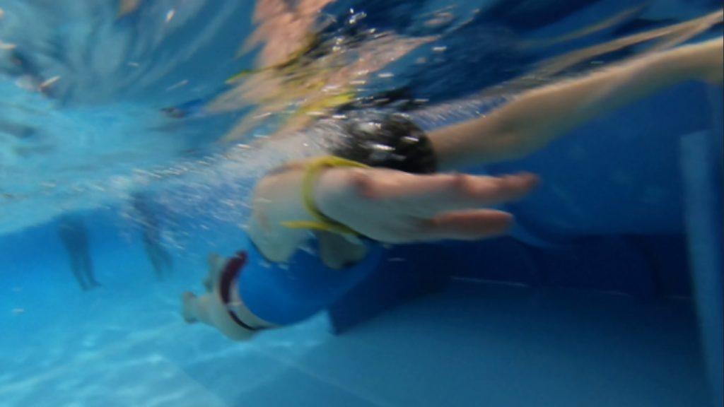Leżenie na wodzie na bruchu