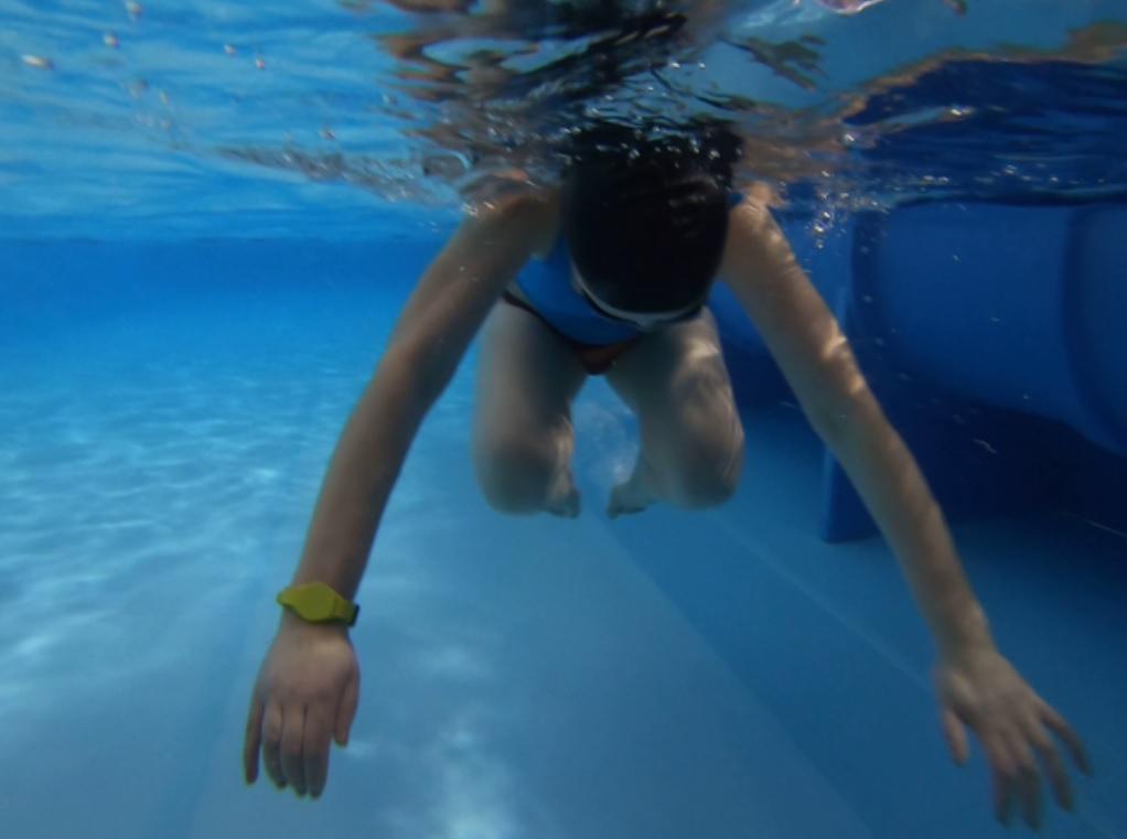 Wstawanie na nogi z leżenia na wodzie na brzuchu