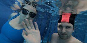Zanurzanie głowy pod wodę z instruktorem