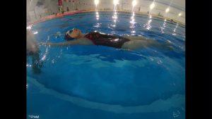 Utrzymywanie się na plecach na wodzie
