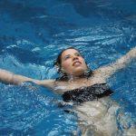 Leżenie na plecach na wodzie