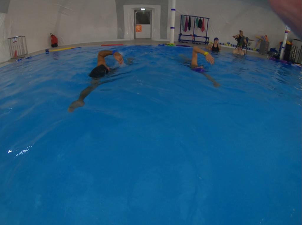 Wysoka pozycja ciała uczącej się pływać pary